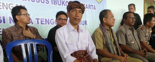 Gubernur Jakarta Joko Widodo saat mengunjungi desa peternak sapi di Ponain, Kabupaten Kupang, NTT, Selasa (29/4//2014). (Kompas.com)
