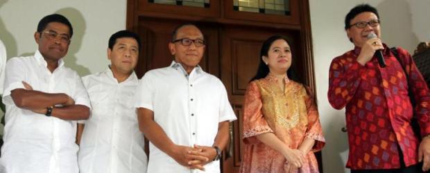 Ketua Umum DPP Partai Golkar Aburizal Bakrie (tengah) bersama fungsionaris Partai Golkar melakukan jumpa pers dengan Ketua Badan Pemenangan Pemilu (Bappilu) PDI-P Puan Maharani (dua dari kanan) dan Sekjen PDI-P Tjahjo Kumolo (kanan) di kediaman Ketua PDIP, Megawati Soekarnoputri, Jakarta Pusat, Kamis (15/5/2014).