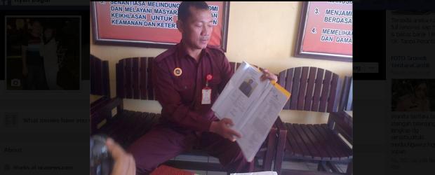 Raji, Kanit Pidum Polres Manggarai sedang menunjukkan surat pemanggilan GG di depan para wartawan, Selasa (6/5/14). (Foto: Floresa/Ardy Abba)