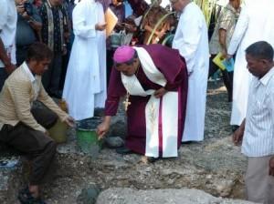 Uskup Ruteng, Mgr. Hubertus Leteng, saat melakukan acara peletakan batu pertama pada 17 mei 2012 silam