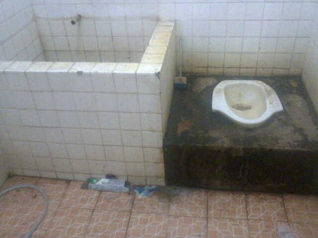 Foto kondisi toilet Puskesmas di Borong, Manggarai Timur, NTT yang diunggah Laura Sc De Ami ke grup Facebook.
