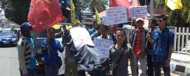 Peserta aksi mengusung peti mati Bupati Yosep Tote, simbolisasi matinya nurani ini.