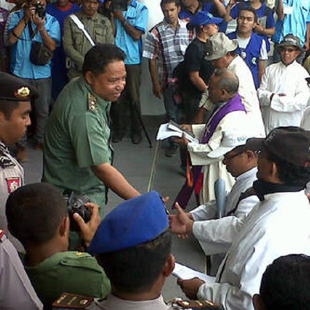 Di Borong, peserta aksi diterima Wakil Bupati, Andreas Agas (Foto: Ist)