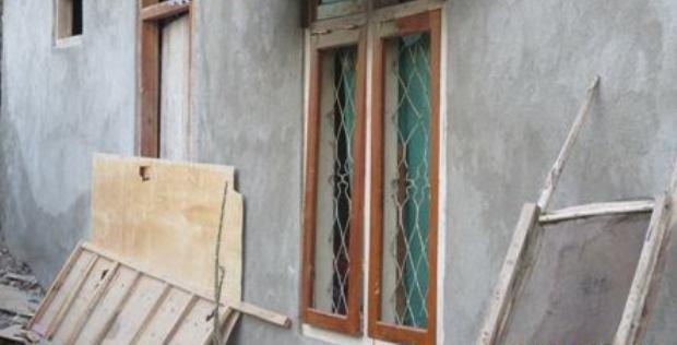 Rumah salah satu warga Mangga Dua yang rusak setelah diserang oleh warga Mata Air
