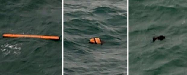 Puing-puing mengambang di area yang sama terlihat saat operasi pencarian pesawat AirAsia QZ8501 di atas Laut Jawa, Selasa (30/12/2014). Puing tersebut masih diselidiki pihak berwenang, apakah terkait pesawat AirAsia yg hilang.