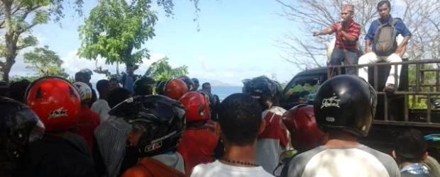 Aksi demo wartawan di Labuan Bajo, Manggarai Barat, Sabtu (13/12/2014) mengecam aksi premanisme anggota Polres Mabar Bripka M Lukman yang mengancam wartawan Metro TV, John Lewar (Foto: Floresa)