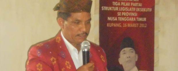 Kamelus Deno sedang memberi sambutan dalam acara pendaftaran di Kantor DPC PDIP Manggarai (Foto: Ardy Abba/Floresa)