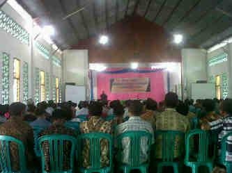 Anggota Koperasi Sangosay yang mengikuti acara Pra-Rencana Akhir Tahun (RAT) di Aula Youth Centre Kompleks Gereja Roh Kudus Labuan Bajo, Manggarai Barat (Mabar), Sabtu (21/2/2015. (Foto: Sefrey J/Floresa)