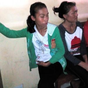 Ursula Ndihung Sedang Menunggu di Depan Ruangan  Penyidik Polres Mabar, Kamis (19/3/2015). Foto : Ril Ladur/Floresa)