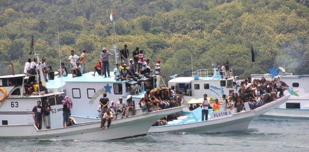 Seperti inilah prosesi laut yangtmelibatkan ratusan perahu motor di Larantuka. Sesuai tradisi, kapal-kapal motor maupun ketinting (sampan tradisional) melakukan perarakan melalui laut untuk mengiringi Patung Tuan Meninu (Kanak Yesus). (Foto: dokumen Floresa.co)