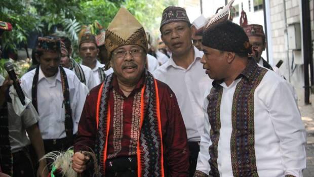 Karni Ilyas turut hadir. Ia memimpin kelompok tim tamu (meka landang). (Foto: Fens Alwino)