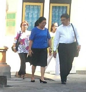 Katarina Siena Jerubu (baju biru) saat hadir di PN Denpasar, Kamis (25/6/2015)