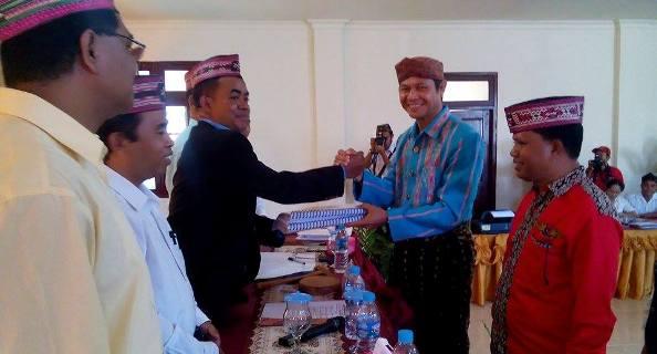 Paket Gusti-Maria menyerahkan berkas pendaftaran ke komisoner KPUD Mabar.