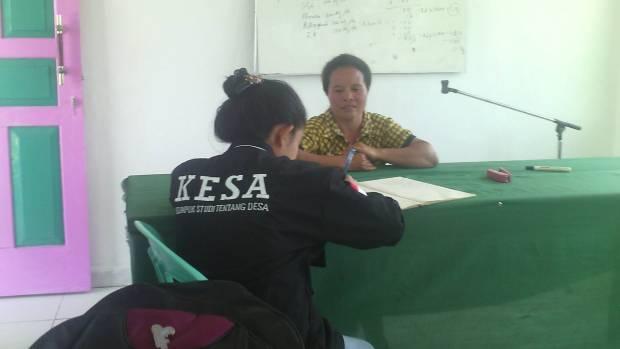 Dewi sedang mewawancarai Ketua KWT Paulina Daun. (Foto: Arischy Hadur/KESA)