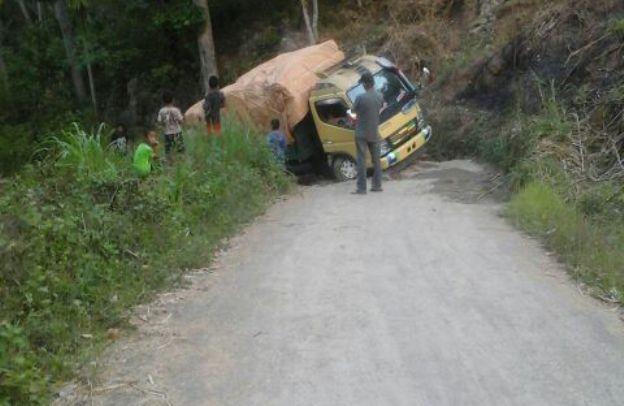 Mobil yang terjungkal di bagian jalan, di mana terdapat banyak lubang (Foto: Elvis Ontas/Floresa)