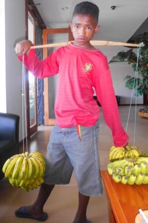 Remigius Tau (15) setiap hari menjajakan pisang di Ruteng, ibukota Kabupaten Manggarai. Remaja ini memutuskan mencari nafkah demi membantu orang tua, setelah mengalami kesulitan finansial setelah tamat SD. (Foto: Ardy Abba/Floresa)