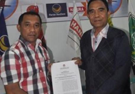 Hery Nabit dan Adolfus Gabur memperlihatkan surat keputusan penetapan sebagai calon bupati dan wakil bupati Manggarai 2015 (Foto:Wily Grasias)