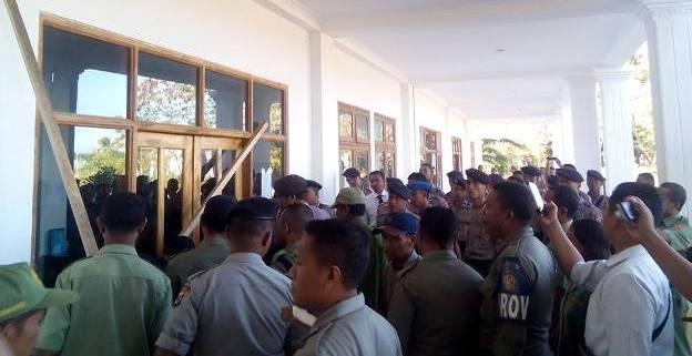 Kantor BKD Kabupaten Manggarai Barat disegel oleh pegawai kontrak yang tak diangkat menjadi PNS, Senin (3/8/2015)