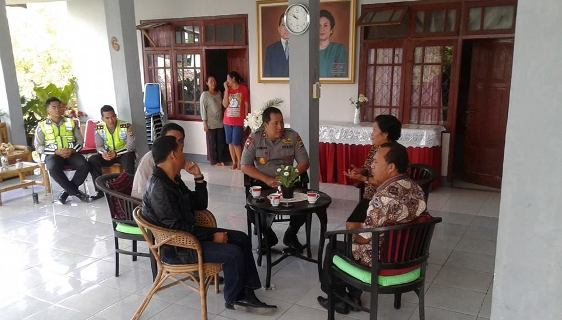 Kapolda NTT Brigjen Endang Sunjaya mendatangi rumah Fidelis Pranda di Labuan Bajo, Rabu (5/8/2015). Foto :Fb Ain Syam