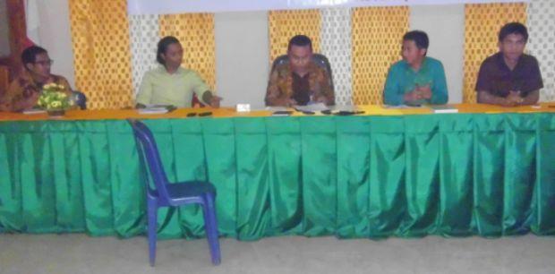Komisoner KPUD Manggarai saat konfrensi pers penetapan pasangan calon bupati dan wakil bupati Manggarai, Senin (24/8/2015)