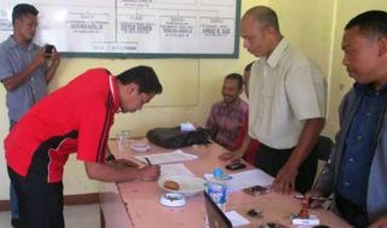 Penandatanganan berita acara rekapitulasi tingkat Kecamatan Reok oleh Tim Penghubung Paket Pilar, Rabu (19/8/2015).