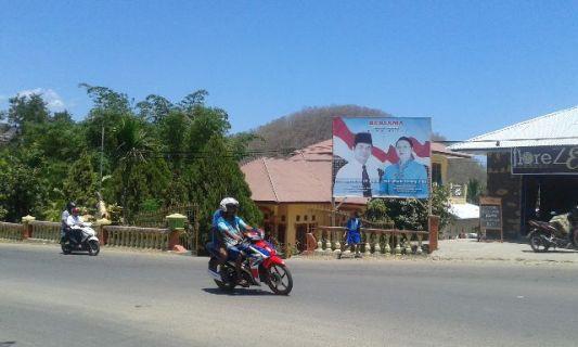 Baliho salah satu pasangan calon pilkada Mabar di depan rumah Ovan Adu (atap merah).