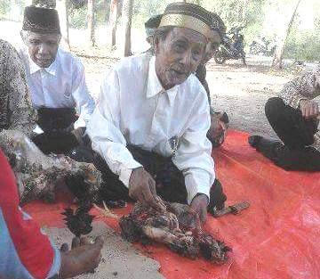 Ritual adat di Pantai Pede oleh PT SIM (Foto: ist)