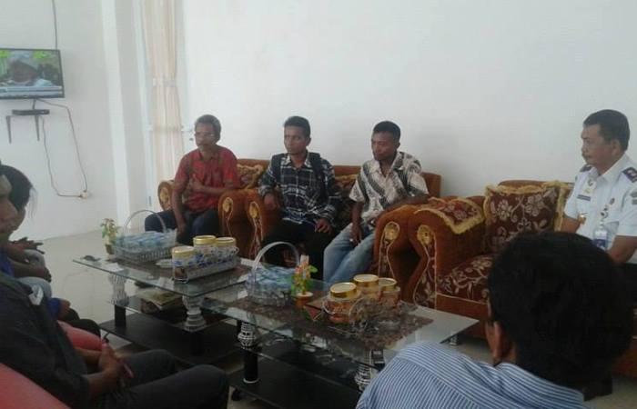 Dialog para aktivis di Mabar dengan pimpinan Bandara Komodo. (Foto: Ferdinand Ambo/Floresa)