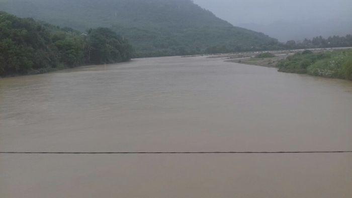 Hujan deras menyebabkan debit Wae Pesi di Reo meningkat (Foto: Ronald Tarsan/Floresa)