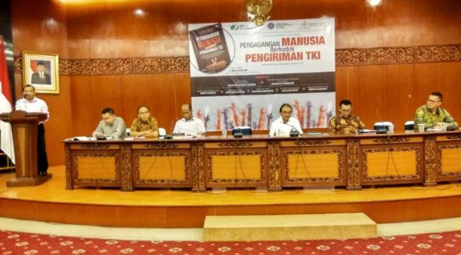 Para pembicara dalam bedah buku karya Edi Hardum, wartawan Suara Pembaruan asal Manggarai, Kamis 6 April 2017